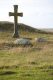 Steinkreuz in der Landschaft Stockfotos