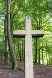 Steinkreuz im Wald Stockfotografie