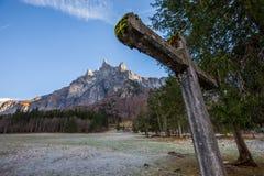 Steinkreuz und Berg I Lizenzfreies Stockfoto