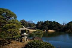 Steinlaterne in einem Park stockfotos