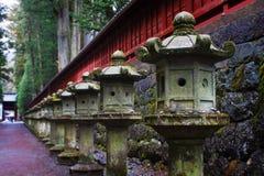 Steinlaternen an Toshogu Schrein, Nikko, Japan Stockbilder
