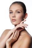 Steinmassage auf Weiß Natürliches Schönheitsgesicht Schönes Mädchen, das ihr Gesicht berührt Stockfotografie
