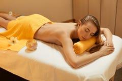 Steinmassage auf Weiß Schöne blonde Entspannung im Badekurort-Salon Stockfotos