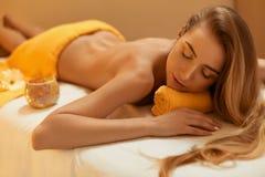 Steinmassage auf Weiß Schöne blonde Entspannung im Badekurort-Salon Stockbild