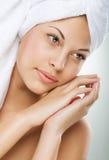 Steinmassage auf Weiß Schönes Mädchen nach dem Bad, das ihr Gesicht berührt Vollkommene Haut Skincare Junge Haut Stockfotografie