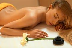 Steinmassage auf Weiß Blonde erhaltene Erholungs-Massage im Badekurort-Salon Welln Lizenzfreies Stockfoto