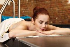 Steinmassage, Frau, die eine Warmsteinmassage erhält Lizenzfreies Stockfoto