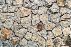 Steinmauer von Farbsteinen mit unregelmäßigem Muster, Hintergrund Stockfoto