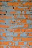Steinmauern hergestellt von den roten Backsteinen mit Spuren Stockfoto