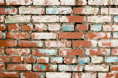 Steinmauern hergestellt von den roten Backsteinen mit Spuren des zerbröckelnden Gipses Lizenzfreies Stockbild