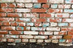 Steinmauern hergestellt von den roten Backsteinen mit Spuren des zerbröckelnden Gipses Lizenzfreies Stockfoto