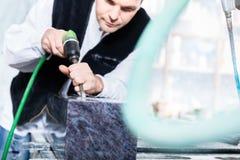 Steinmetz, der mit pneumatischem Meißel arbeitet Lizenzfreie Stockbilder