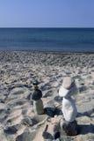 Steinmutter- und Knallzahlen marschieren über Strand im Ostsandwich, MA Lizenzfreies Stockfoto