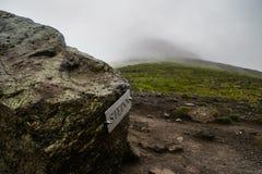 Steinn-Felsen, die Spitze des Wanderwegs am Berg Esja markierend lizenzfreie stockfotos