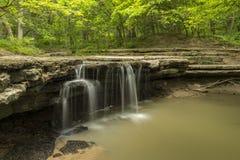 Steinnebenfluss-Wasserfall Stockfoto