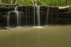 Steinnebenfluss-Wasserfall Lizenzfreie Stockfotografie