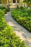 Steinpfad in landschaftlich verschönertem Hausgarten Stockfotografie