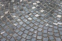 Steinpflasterung im Regen Stockfoto