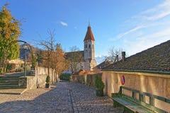 Steinpflasterung nahe Thun-Stadt-Kirche in der Schweiz Stockfotografie