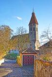 Steinpflasterungsstraße zur Thun-Stadt-Kirche in der Schweiz Stockfotografie