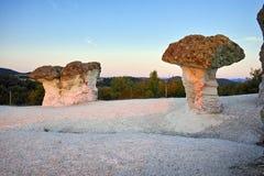 Steinpilze gefärbt im Rot vom Sonnenaufgang nahe Beli-plast Dorf, Bulgarien Lizenzfreies Stockbild