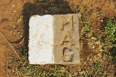Steinplakette von der Bergwerk-Beratungsgruppe, die den Standort der nicht detoniert Bombe markiert, stellte Safe in Phonsavan, L lizenzfreie stockfotografie