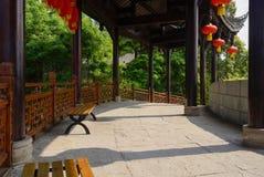 Steinplatte-gepflasterte Kolonnade in der chinesischen Trachtenmode lizenzfreies stockfoto