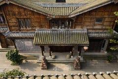 Steinplatte pflasterte Gasse zwischen traditionellen Gebäuden in sonnigem Achtern Lizenzfreies Stockbild
