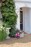 Steinportal mit Anlagen und Blumen Lizenzfreies Stockbild
