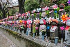 Steinpuppen im Tempel, Japan Stockbilder