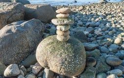 Steinpyramide auf einem Seeufer Stockfotografie
