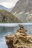 Steinpyramide auf Seite von See Stockfotografie