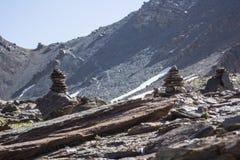 Steinpyramiden in den Bergen Stockfoto