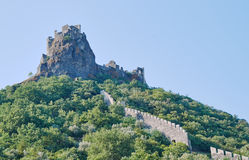 Steinruinen eines mittelalterlichen Schlosses auf einem Gipfel Stockfotos
