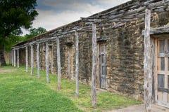 Steinruinen mit rustikaler Holzarbeit Stockbilder