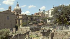 Steinruinen von Roman Forum, italienischer Markstein, Ort des Interesses für Touristen stock video footage