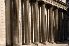 Steinsäulen außerhalb der Bank von England lizenzfreies stockbild