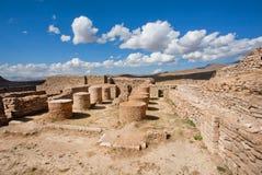 Steinsäulen und Backsteinmauern um Zoroastrianfeuertempel Lizenzfreies Stockfoto