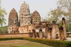 Steinsäulen und Turm des des 12. Jahrhundertstempels Wat Si Sawai in Thailand Lizenzfreie Stockfotos