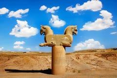 Steinsäuleskulptur eines Greifs in Persepolis gegen einen blauen Himmel mit Wolken Das Siegsymbol der alten Achaemenid-Stämme Stockfotografie