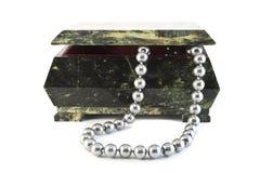 Steinschatulle und Perlen Stockbilder