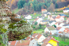 Steinschildkröte drang das Bergdorf ein Stockfotos