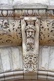 Steinschnitzen über Eingang stockfotos