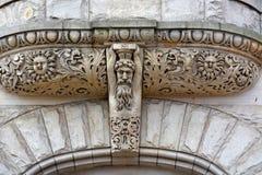 Steinschnitzen über Eingang lizenzfreies stockfoto