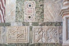 Steinschnitzen auf der Fassade der Kathedrale von San Marco Stockbild
