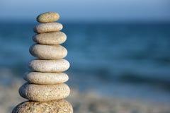Steinschwerpunktkieselsteine auf Strand Stockfotografie