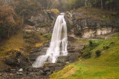 Steinsdalsfossen瀑布在霍达兰县,挪威 免版税库存图片