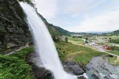 Steinsdalsfossen -瀑布在挪威 库存照片