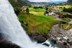 Steinsdalsfossen - herrlicher Wasserfall in Norwegen lizenzfreie stockbilder