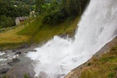 Steinsdalsfossen - uma cachoeira lindo em Noruega foto de stock